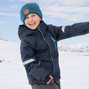 Ett barn i vinterkläder